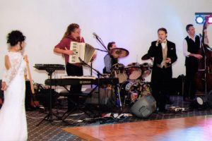groom_singing_with_band